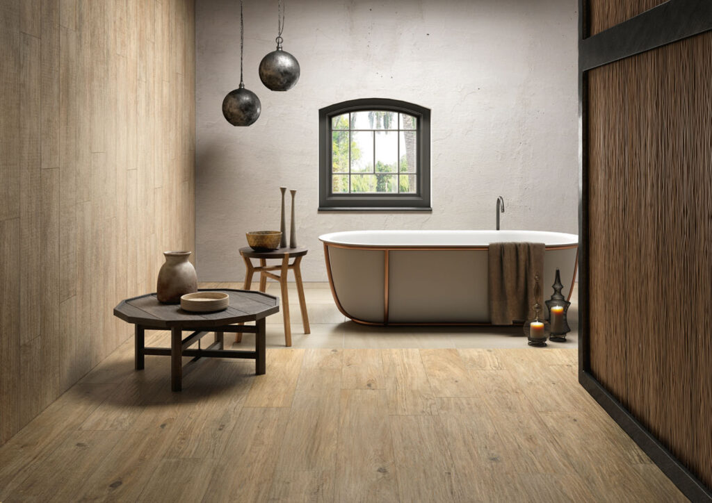 Rustikal-modernes Bad mit Holzoptik